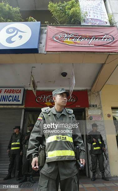Un oficial de la Policia Nacional monta guardia frente al restaurante donde un desconocido arrojo una granada dejando como saldo una persona muerta y...