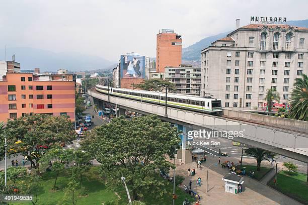 medellin metro built high above the city, colombia - vehículo terrestre fotografías e imágenes de stock