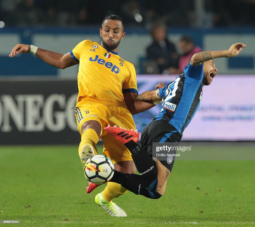 Medhi Benatia (L) of Juventus FC competes for the ball with Alejandro Gomez of Atalanta BC during the Serie A match between Atalanta BC and Juventus at Stadio Atleti Azzurri d'Italia on October 1, 2017 in Bergamo, Italy.