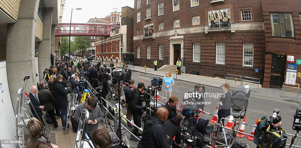 Scenes At The Lindo Wing As It's Announced That The Duchess Of Cambridge Is In Labour With Her Second Child : News Photo