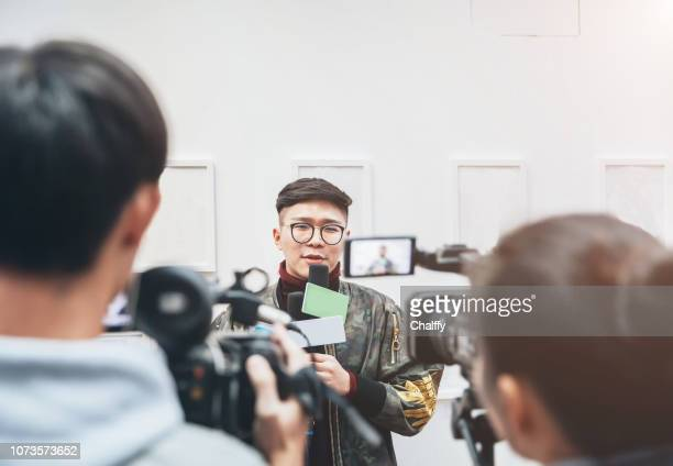 tv media interview - media interview stock pictures, royalty-free photos & images