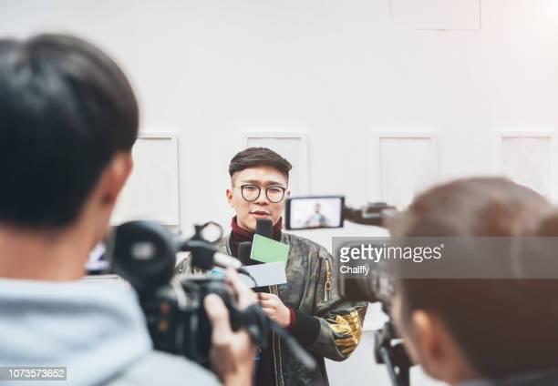 tv media interview - television show foto e immagini stock