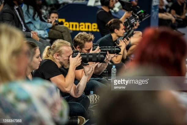 photographie de médias pendant le match de basket-ball - photographe professionnel photos et images de collection