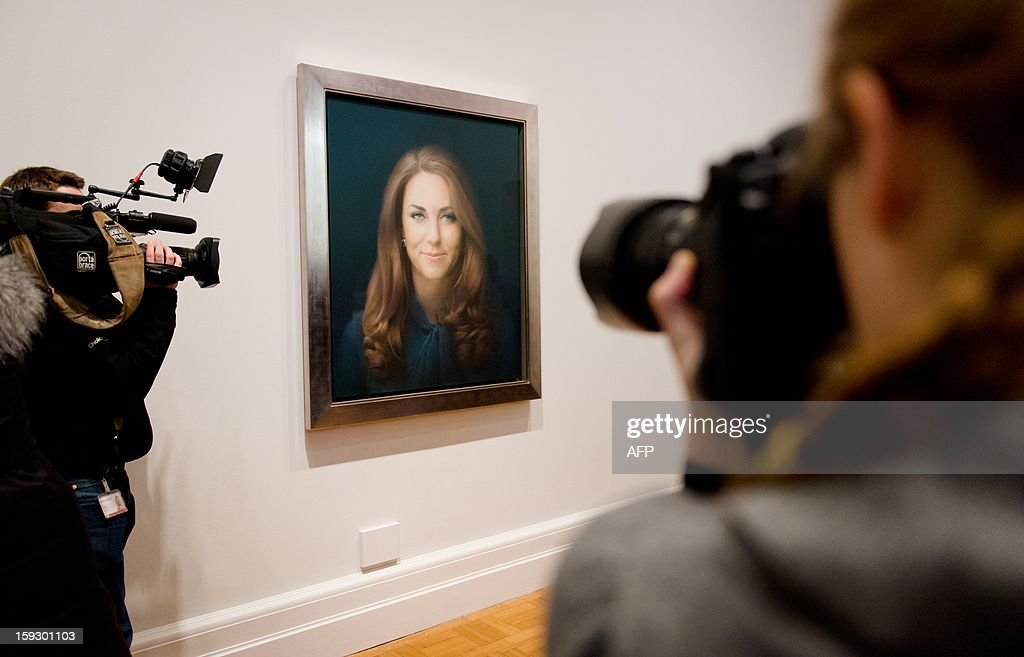 Media representatives gather in front of British artist Paul Emsley's portrait of Catherine, The Duchess of Cambridge after its unveiling at the National Portrait Gallery in central London on January 11, 2013. This is the first official portrait of the Duchess and was completed after two sittings at the artist's studio and Kensington Palace. AFP PHOTO/Leon NEAL - RESTRICTED