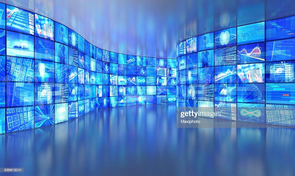 Media paredes com vídeo em uma grande Galeria de Imagens : Foto de stock