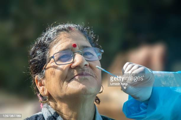 インドでコロナウイルス検査用のサンプルを採取するメディック - マハラシュトラ州 ストックフォトと画像