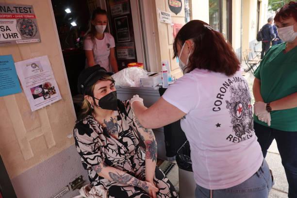 DEU: Berlin Bar Organizes Local Vaccination Drive
