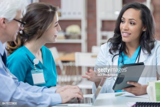 Colegas médicos discuten diagnóstico paciente