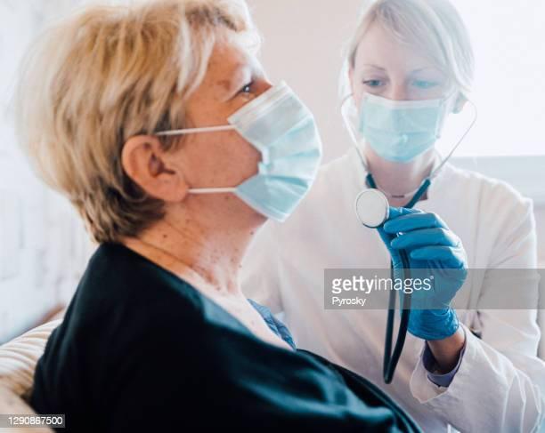 esame medico a casa - cardiologo foto e immagini stock