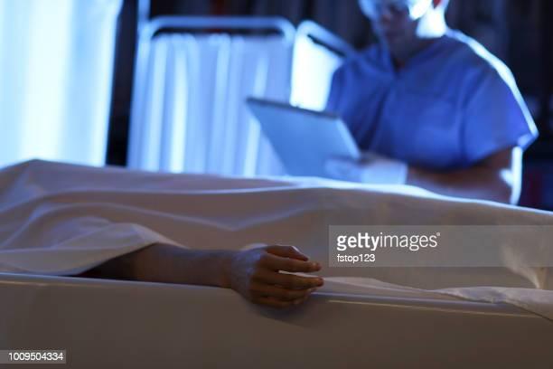 vertrauensarzt mit leiche im leichenschauhaus. - dead body stock-fotos und bilder