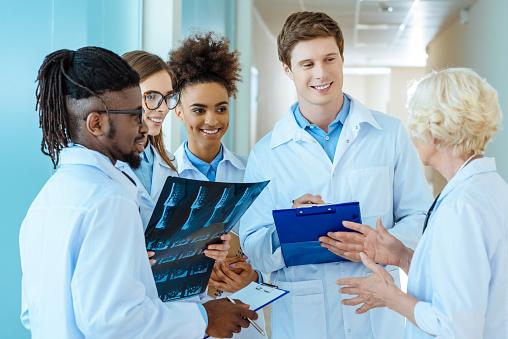 medical interns listening to teacher 938698488