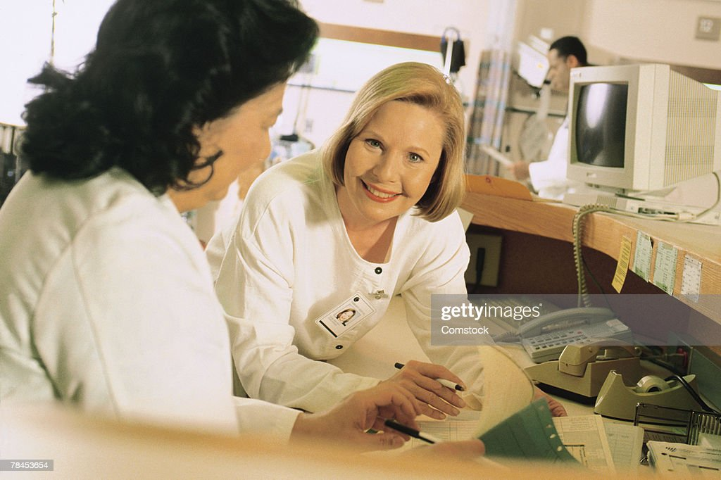 Medical professional in hospital clinic nurse's station : Stockfoto