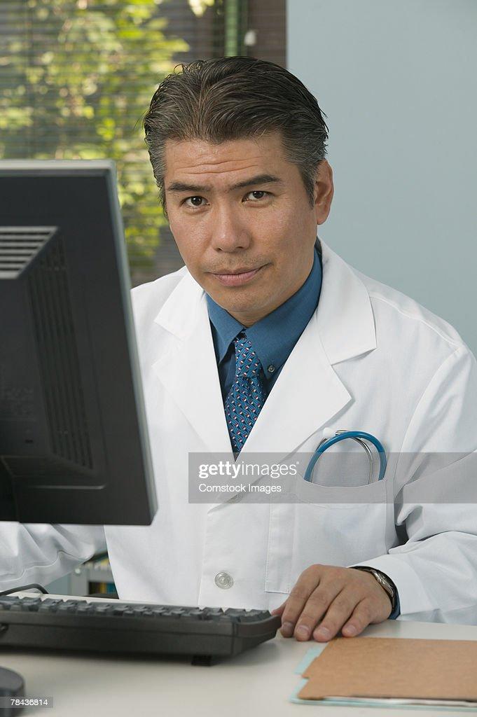 Medical professional using computer. : Stockfoto