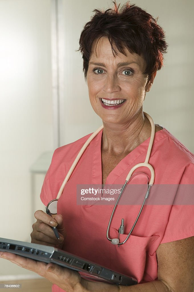 Medical professional using tablet computer : Stockfoto