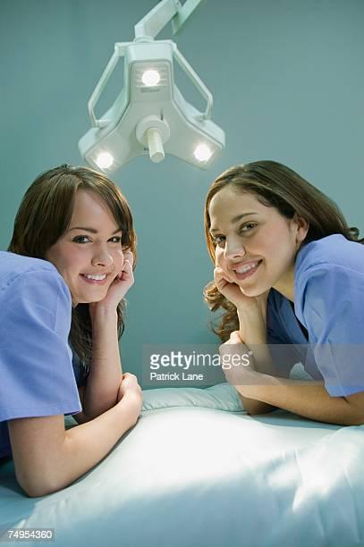 medical professionals leaning on elbows - côte à côte photos et images de collection