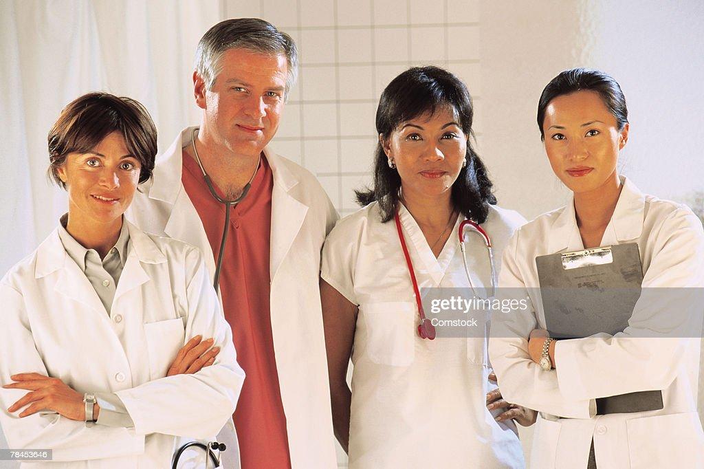 Medical professionals posing indoors : Stockfoto