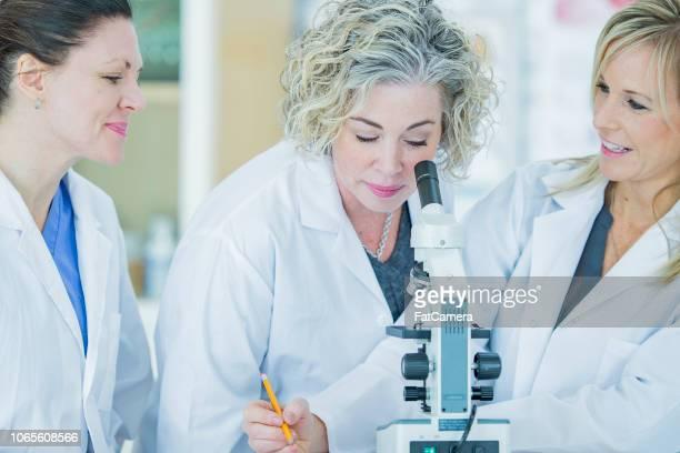 laboratorio de investigación médica - laboratorio clinico fotografías e imágenes de stock