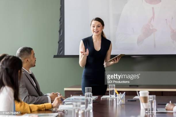医療販売担当者が病院管理者と話し合う - 運営委員会 ストックフォトと画像