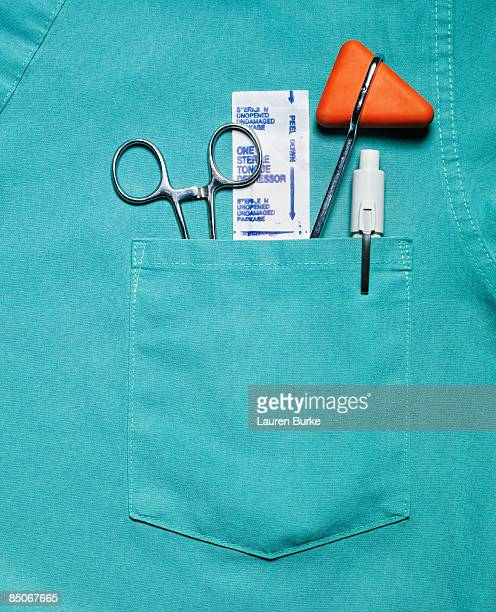 medical scrubs pocket with tools of trade - blouse photos et images de collection