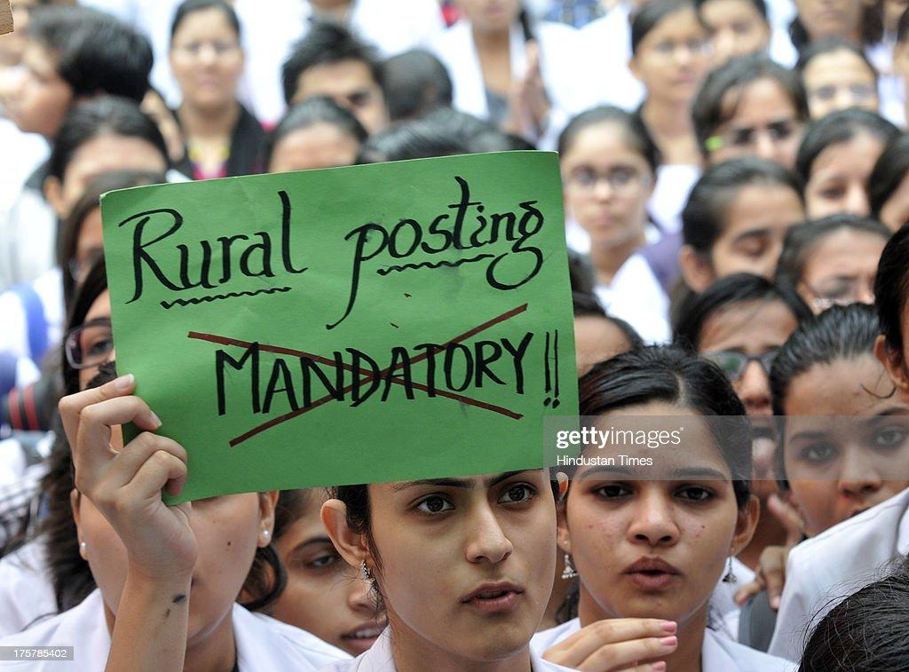 Doctors Protest Against Decision On Compulsory One-Year Rural Posting : Fotografía de noticias