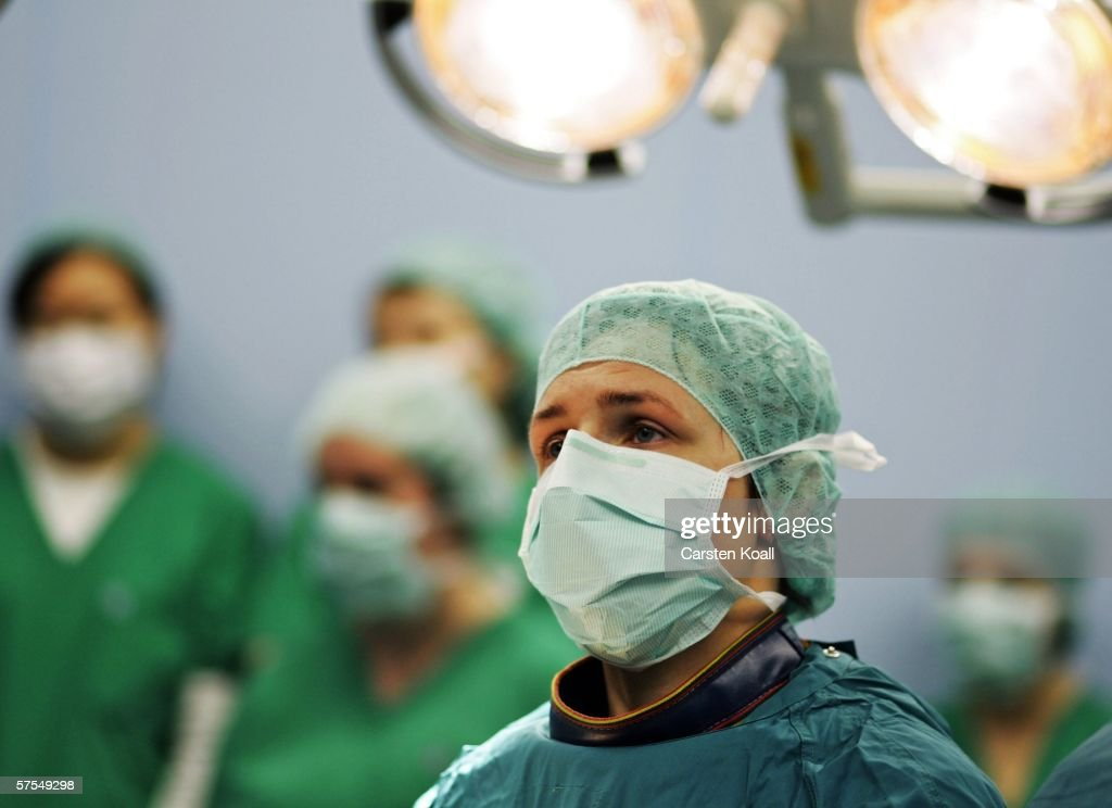 Medical students look at Yvette Silbersack , assistant