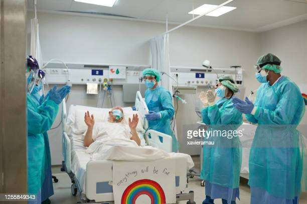 medical team and patient expressing support and gratitude - recovery stock pictures, royalty-free photos & images