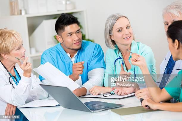 Medizinischer Teams und Patienten besprechen Diagnose