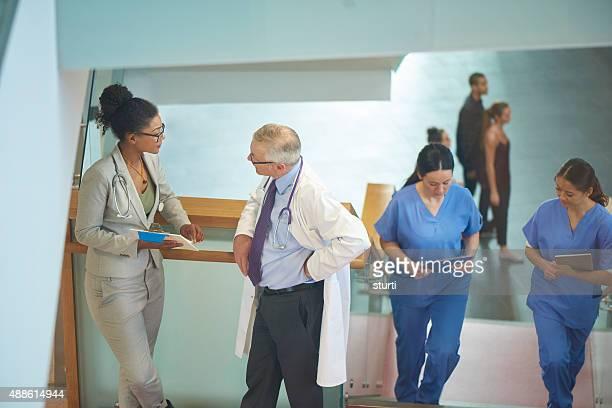 Medizinisches team über einen Fall