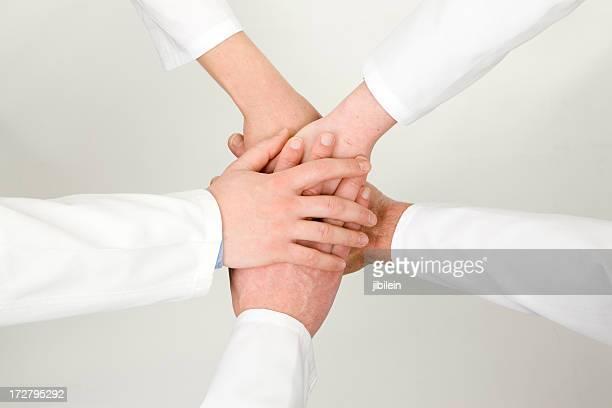 team medico stretta di mano - cinque persone foto e immagini stock