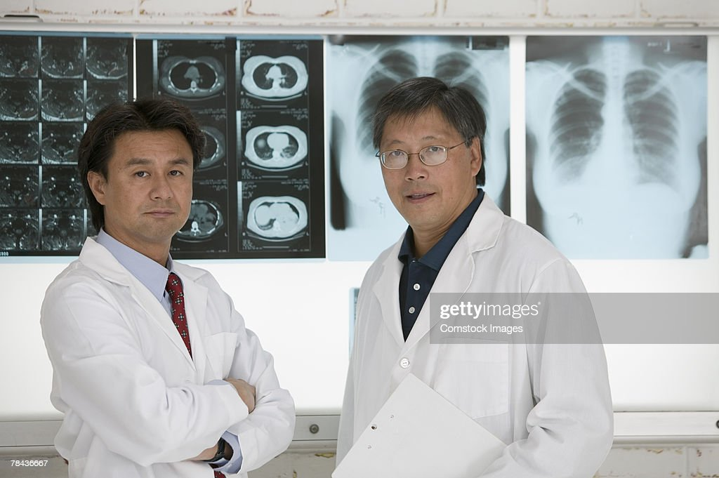 Medical team reviewing x-rays : Stockfoto