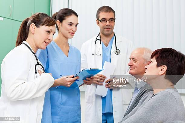 Medizinisches team Gespräch mit Patienten im Wartezimmer