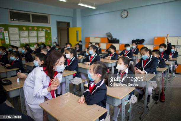 A medical worker who have been to Wuhan for battling against COVID19 introduces knowledge on epidemic prevention for students at Xinjianlu primary...