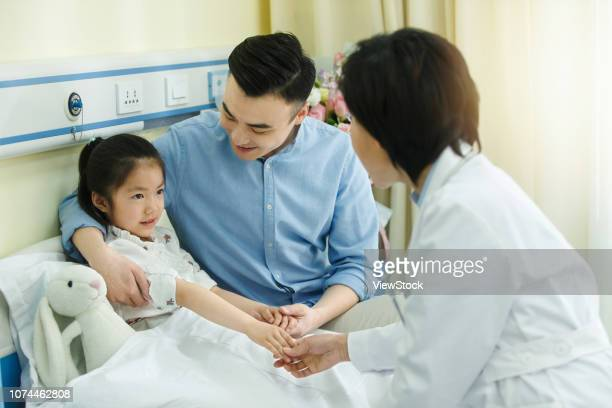 medical workers and patients - china east asia stock-fotos und bilder