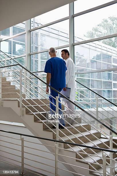 Medizinische Arbeiter zu Fuß auf einer Treppe in einem Krankenhaus