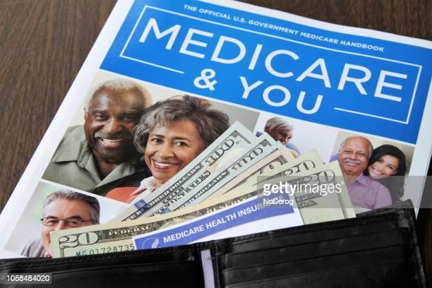 medicare en sociale zekerheid kaarten met contant geld en medicare handboek - medicare stockfoto's en -beelden
