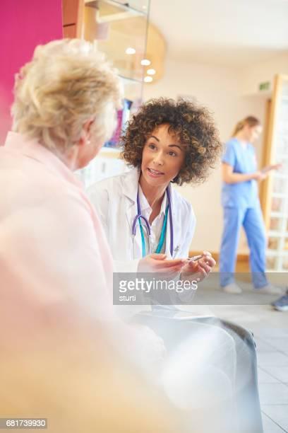Medikament Beratung für ältere Patienten aus Ärztin