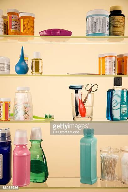 medicine cabinet - armoire de toilette photos et images de collection