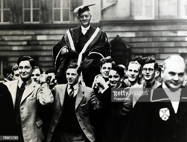 1952 Sir Alexander Fleming is chaired shoulder high by students of Edinburgh University after he had been installed as the new Rector Sir Alexander...