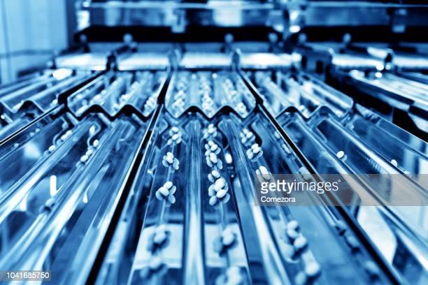 medicine pill production line - remédio imagens e fotografias de stock