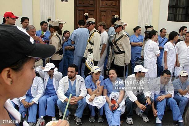 Medicos residentes del hospital San Juan de Dios protestan pasivamente frente al edificio del Congreso en Ciudad de Guatemala el 24 de agosto de 2006...