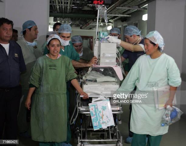 Medicos y enfermeras trasladan a cuidados intensivos de la sala de pediatria del hospital Roosevelt a Angela Leticia Pilo luego de ser sometida a una...