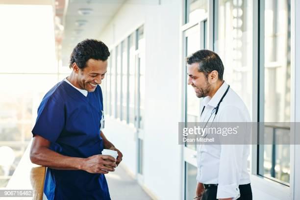 Sanitäter im Krankenhausflur während der Kaffeepause