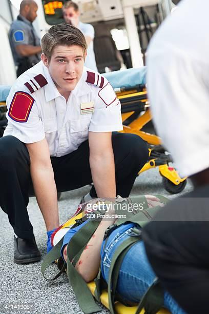 Medics déplacer blessés victime dans une ambulance