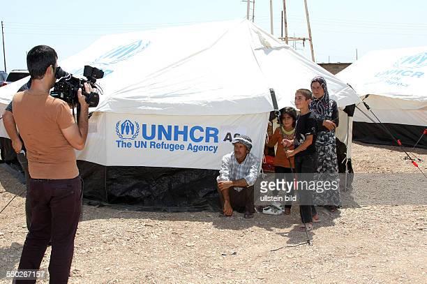 Medienvertreter interviewen Bürgerkriegsflüchtlinge aus Syrien in einem UNHCR - Flüchtlingslager in Arbat - Irak