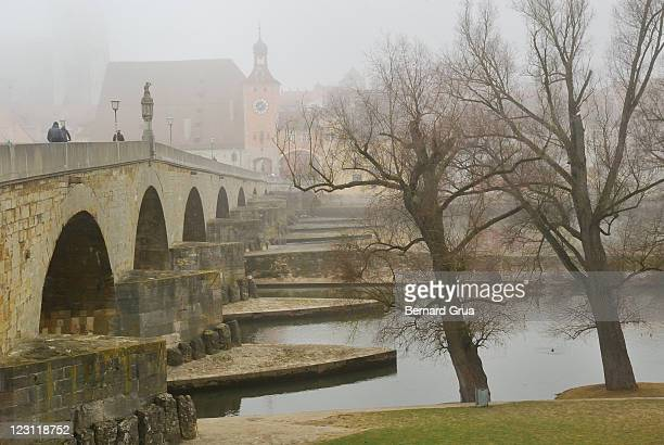 medieval bridge in fog - bernard grua photos et images de collection