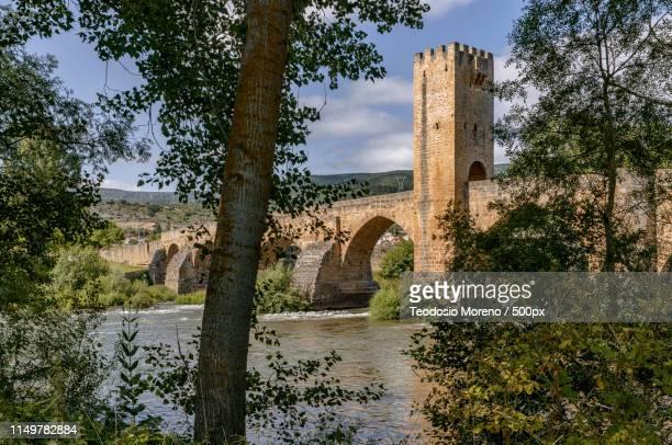 medieval bridge of frías, burgos spain - teodosio moreno fotografías e imágenes de stock