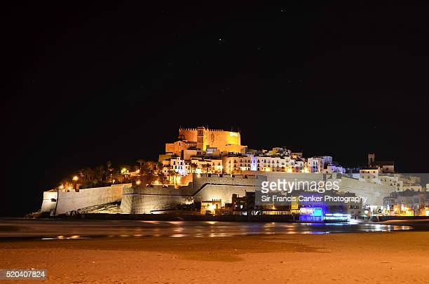 medieval castle and old town of peñiscola illuminated at night with stars, spain - peniscola photos et images de collection