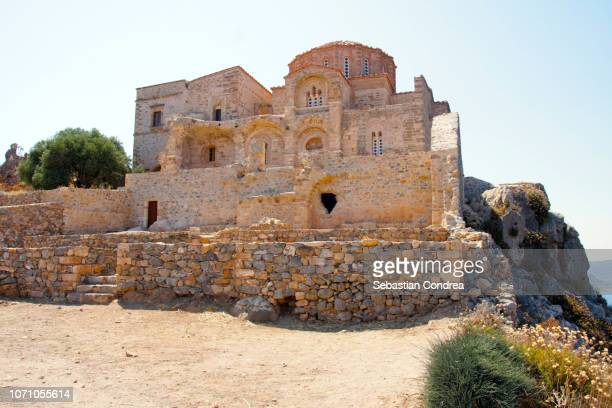 medieval church at monemvasia, peloponnese, greece - peninsula de grecia fotografías e imágenes de stock