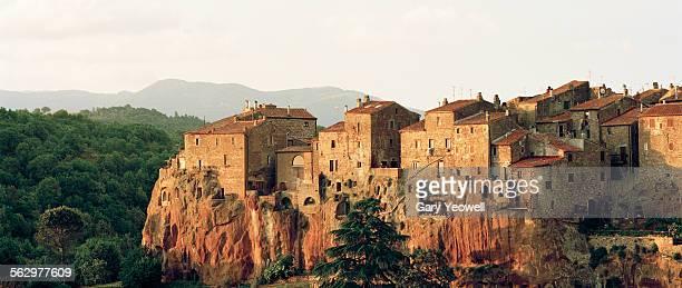 medieval hill town of pitigliano at sunset - cittadina foto e immagini stock
