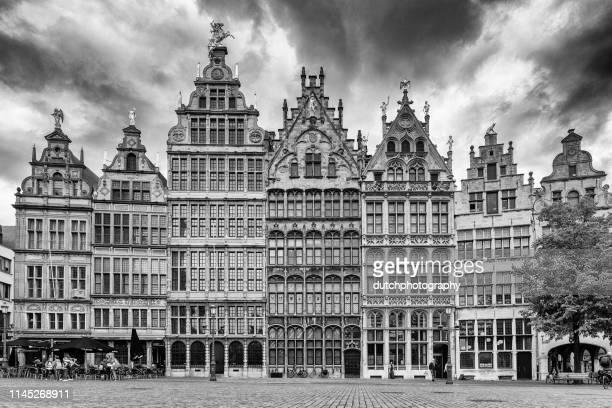 壮大な場所の中世の家, アントワープ, ベルギー - グランプラス ストックフォトと画像